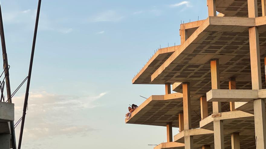 Denuncian la peligrosidad de la estructura inacabada en Punta Xinxó