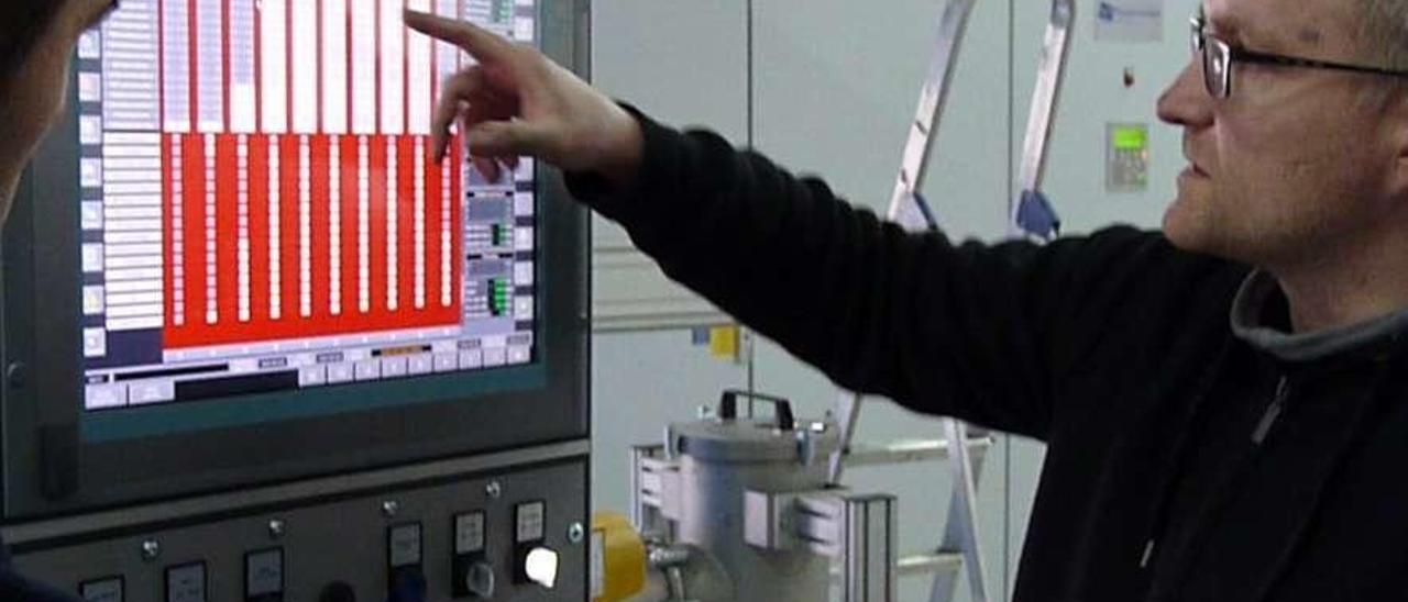 Un técnico, ante el panel de control del horno de sinterización del CINN, en el que se fabrican materiales especiales.