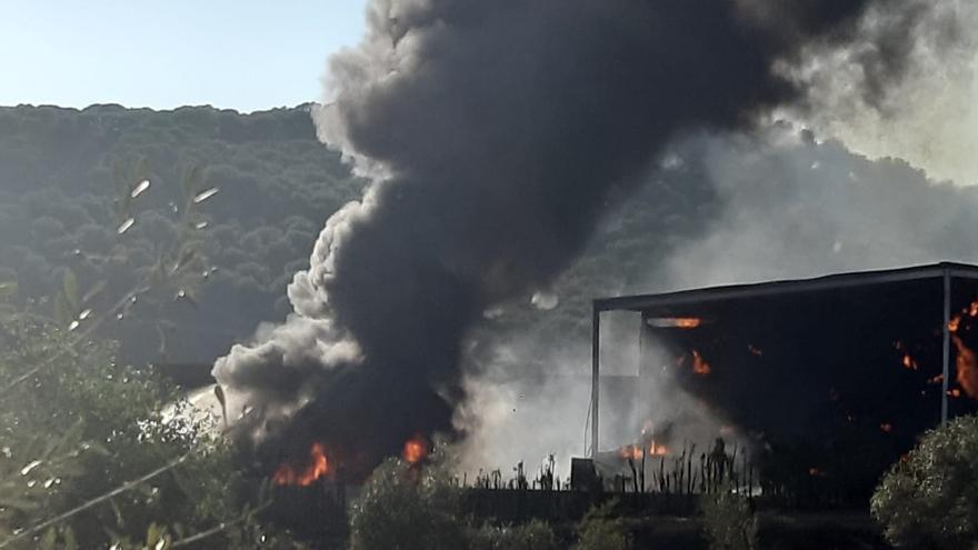 Cuatro personas resultan heridas en el incendio de un pajar en la carretera de Posadas a Villaviciosa