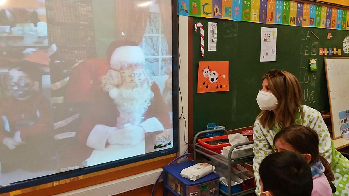 Dos niños del colegio Noega, en plena videollamada con Papá Noel.