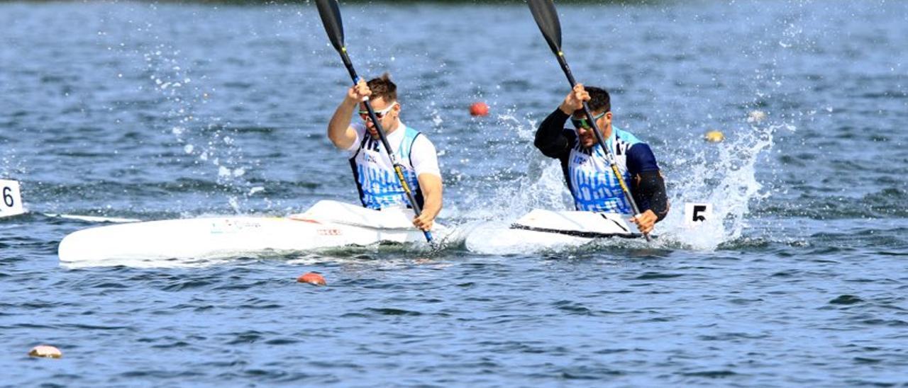 Pelayo Roza y Cristian Toro en plena regata K-2 200 metros, este mediodia, en Trasona