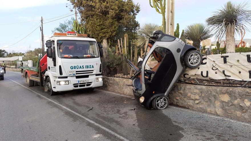 Un coche sale volando en una carretera de Ibiza y acaba sobre una valla