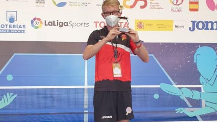 Vladimir Alert guanya l'estatal de classe 11 de tennis taula