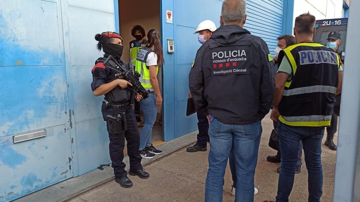 Agentes del cuerpo de los Mossos d'Esquadra y la Policía Nacional durante el dispositivo