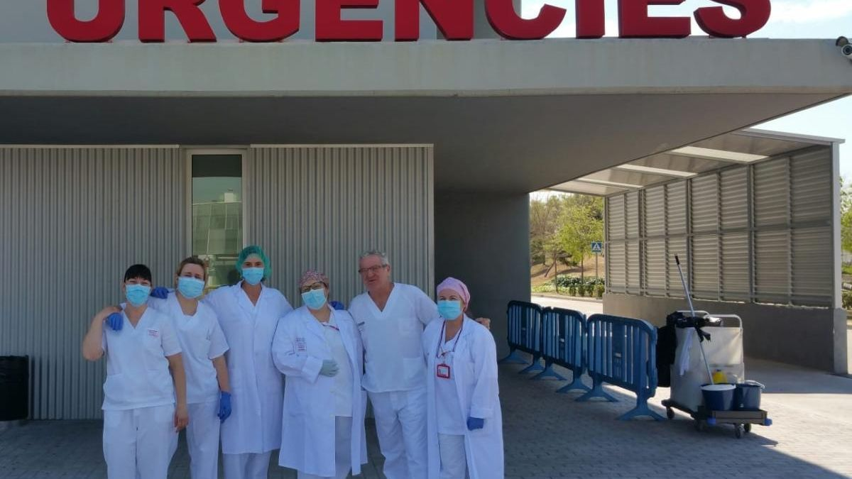 Personal del hospital de Gandia, a las puertas de Urgencias.