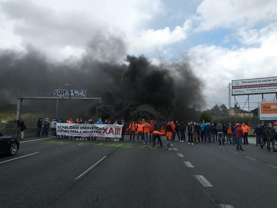 La policía ha tenido que cortar el tráfico. Los empleados exigen implicación a las administraciones para hacer cumplir lo acordado con la venta de Alcoa a Parter y el nuevo traspaso al grupo Riesgo.