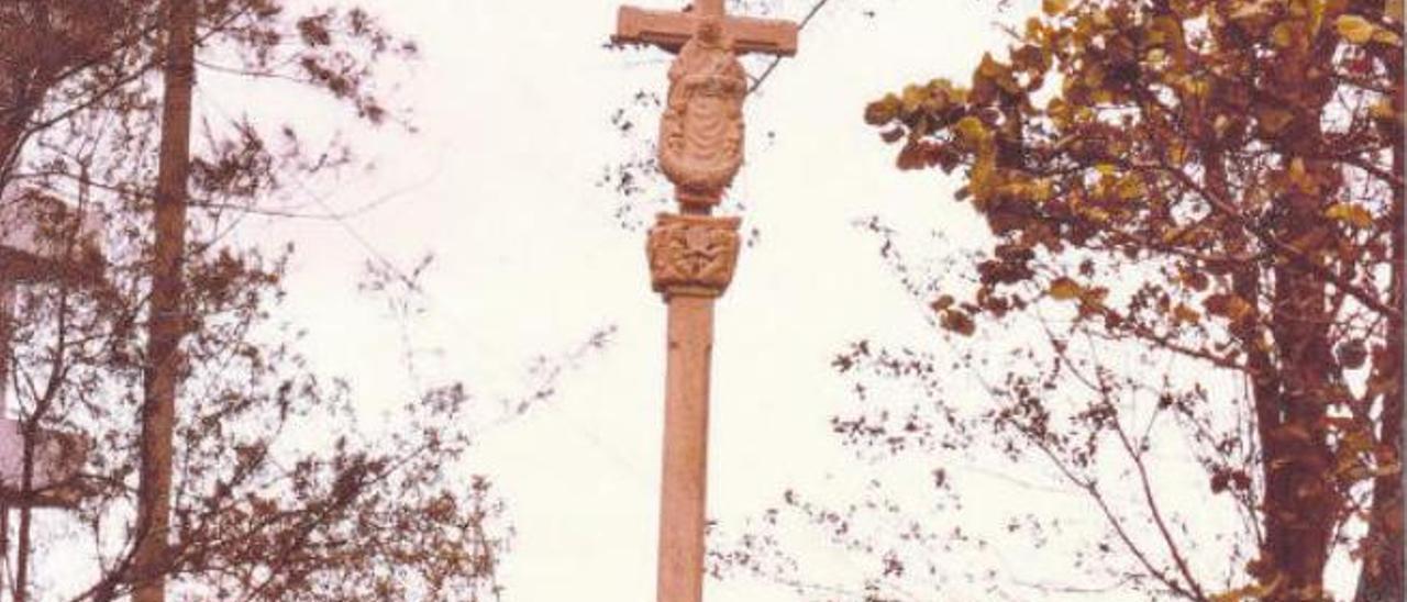 El cruceiro fue construido en Santiago de Compostela