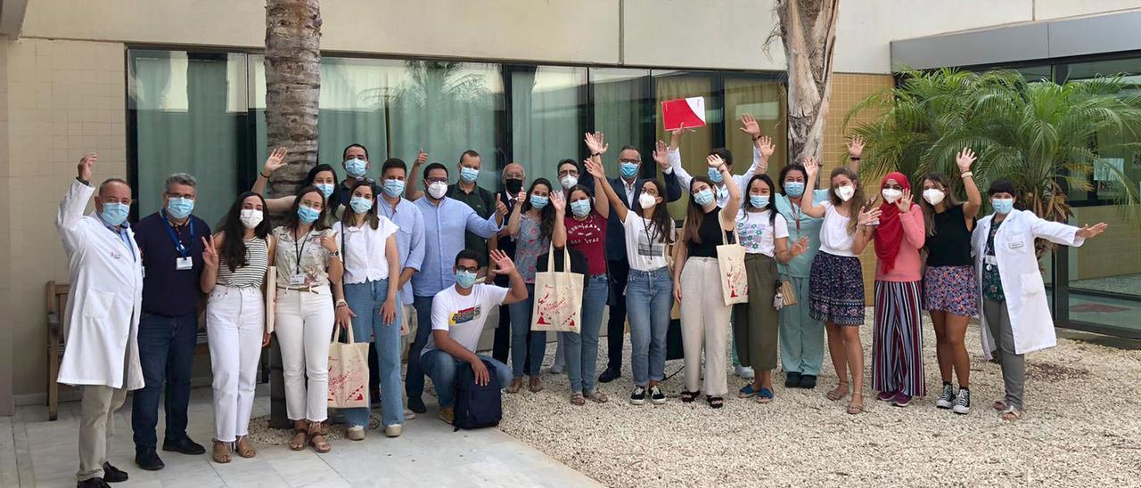 Imagen de los 19 médicos y enfermeros residentes del departamento de salud de Torrevieja