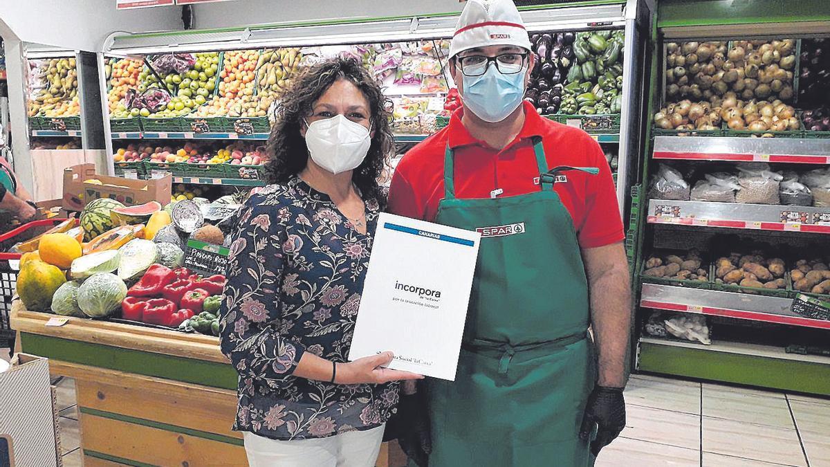 Airam con la técnico de inserción María Teresa Cruz, en su puesto de trabajo en Spar