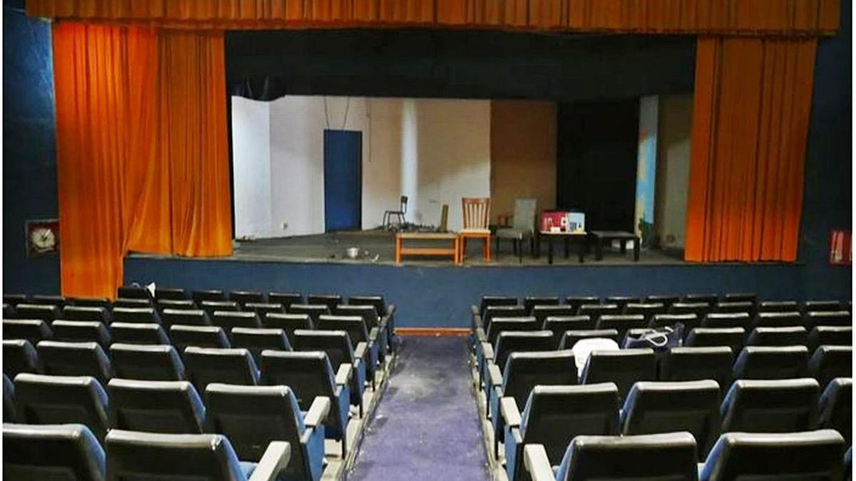 A l'esquerra, imatge general del teatre, on es veu  l'escenari i el pati de butaques. A la dreta, una altra de les estances de l'immoble.  | ELFOMENT.ORG