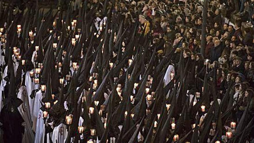 La Tercera Caída rescata la peineta como opción para el desfile de mujeres