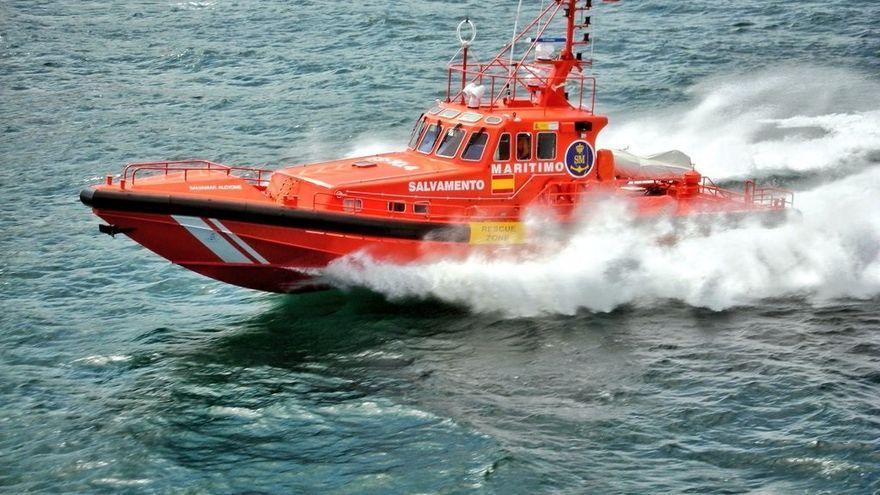 Salvamento rescata a 43 ocupantes de una patera en aguas canarias