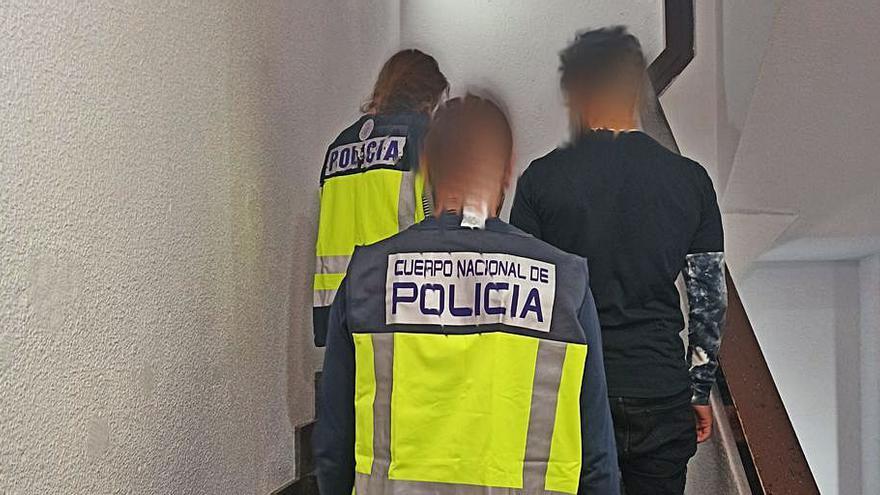 Detenido un atracador tras tratar de comprar un móvil con billetes falsificados