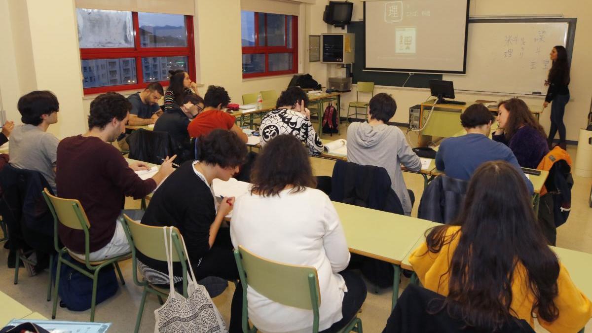 Alumnos durante una clase en la Escuela de Idiomas de Vigo. // Alba Villar