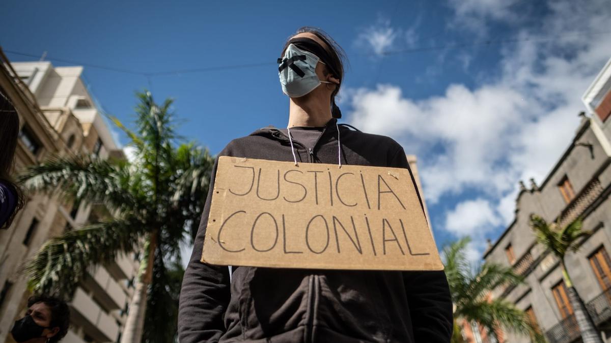 Un grupo de personas se manifiesta en solidaridad con los migrantes en Santa Cruz de Tenerife
