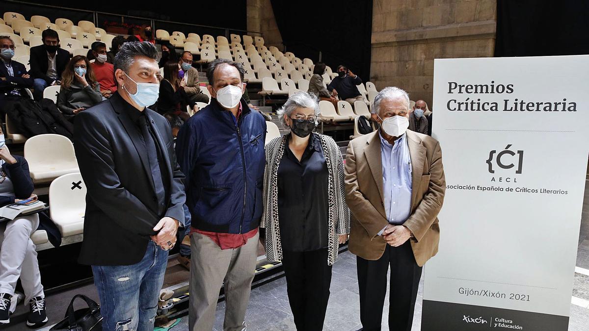 A la izquierda, la alcaldesa de Gijón, Ana González, con varios miembros del jurado.   Ángel González