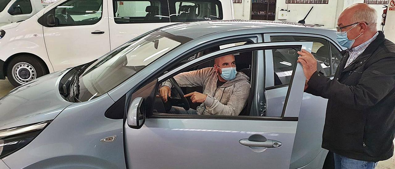 Un cliente alquila un vehículo en una empresa de Vigo.     // MARTA G. BREA