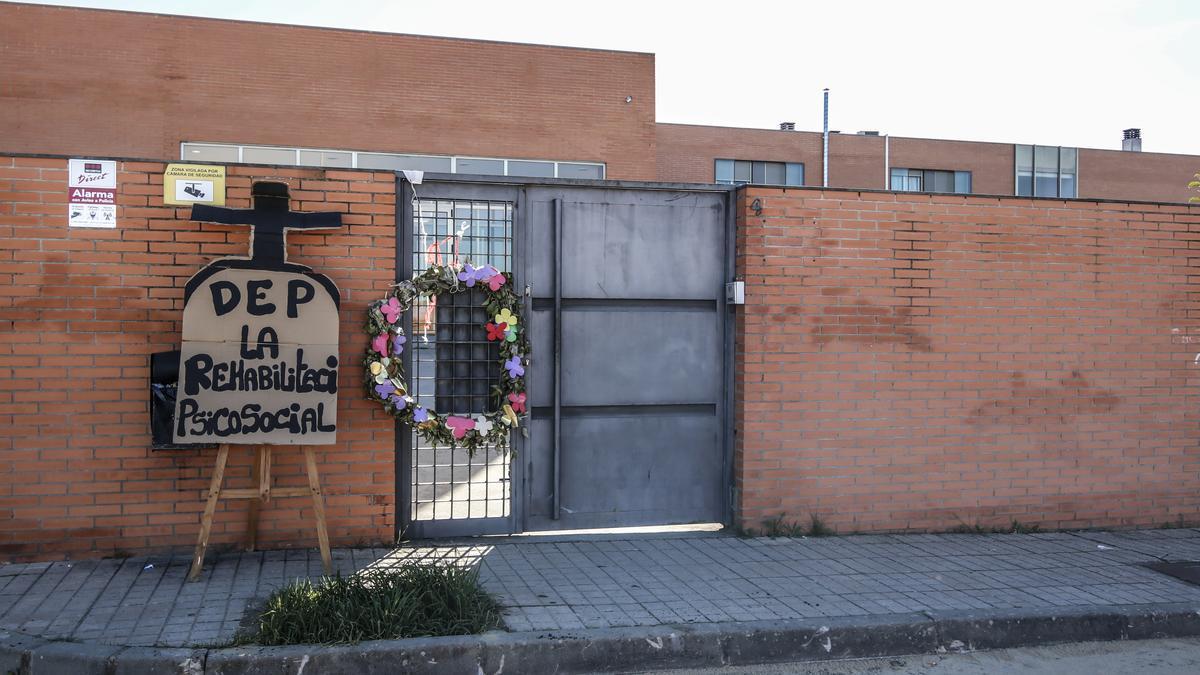 Imagen de la puerta de Feafes en Cáceres durante la última protesta que organizaron en el centro para manifestar su hartazgo por no cobrar sus nóminas.