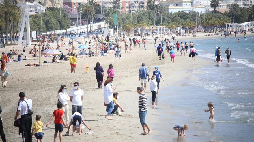 Many came to the beaches to take advantage of the Semana holidays and some even took a dip.