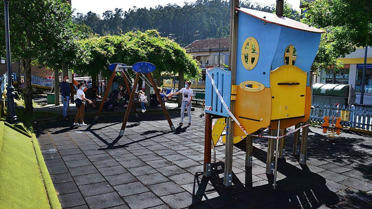 El parque infantil de Nazaret, ayer, con varios aparatos precintados.   | // G.NÚÑEZ