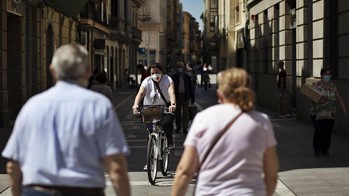 Ciudadanos caminan por la calle de Santa Clara. | Emilio Fraile