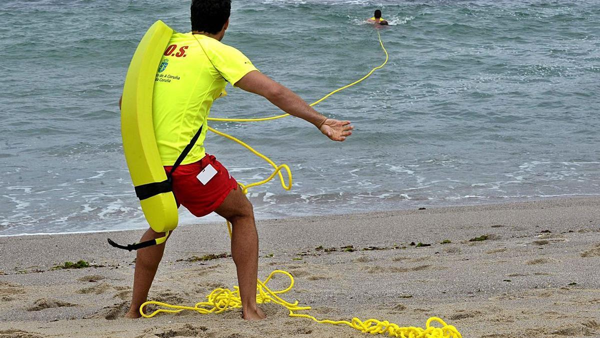 Prácticas de rescate de socorristas en Riazor.     // VÍCTOR ECHAVE