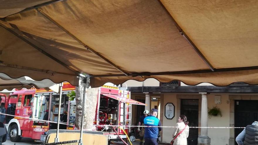 Los bomberos actúan en el incendio del sótano de una mercería del Fontán
