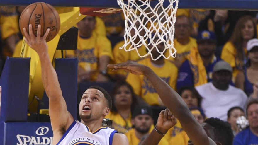 Curry se lesiona tras liderar la victoria de Golden ante Houston