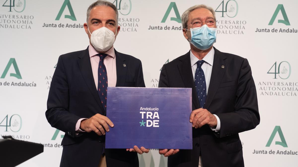Los consejeros Elías Bendodo y Rogelio Velasco