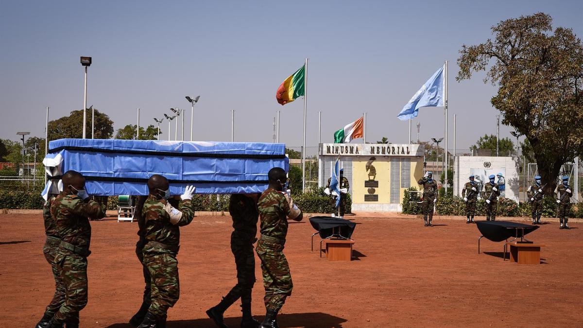 Soldados llevan el ataúd de uno de los cuatro miembros del personal de mantenimiento de la paz Costa de Marfil que murieron tras un ataque el 13 de enero de 2021