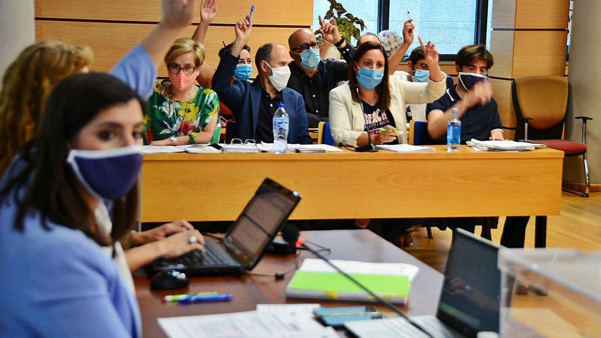 Ediles del bipartito votando en el pleno.