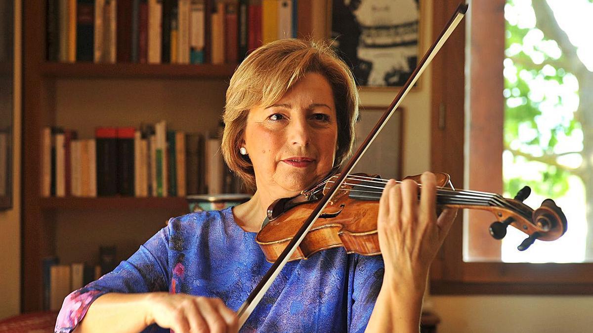 La violinista Victòria Fernández tocant a casa seva. | CONXI MOLONS