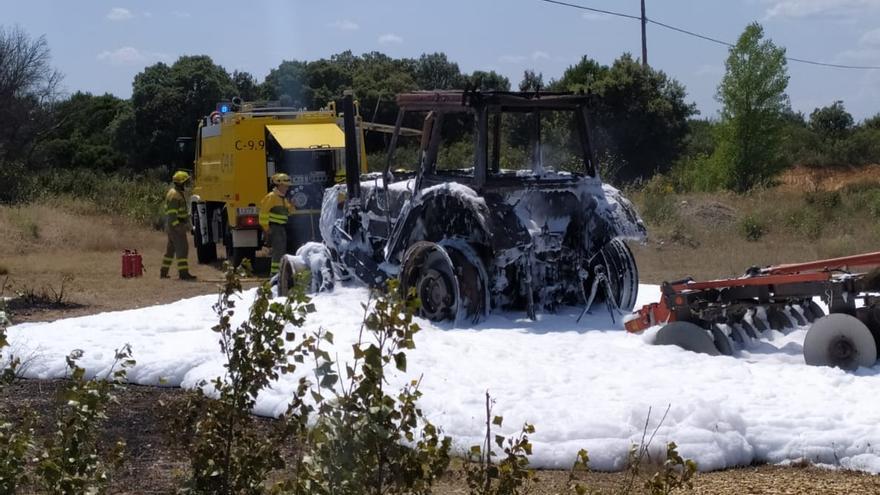 Arde un tractor que circulaba por la N-525, en Junquera de Tera