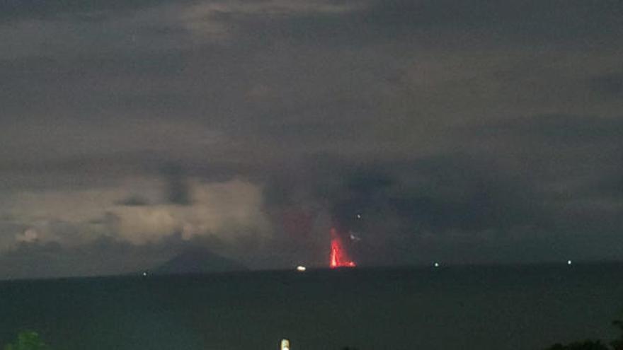 El volcán indonesio 'hijo' del Krakatoa entra en erupción