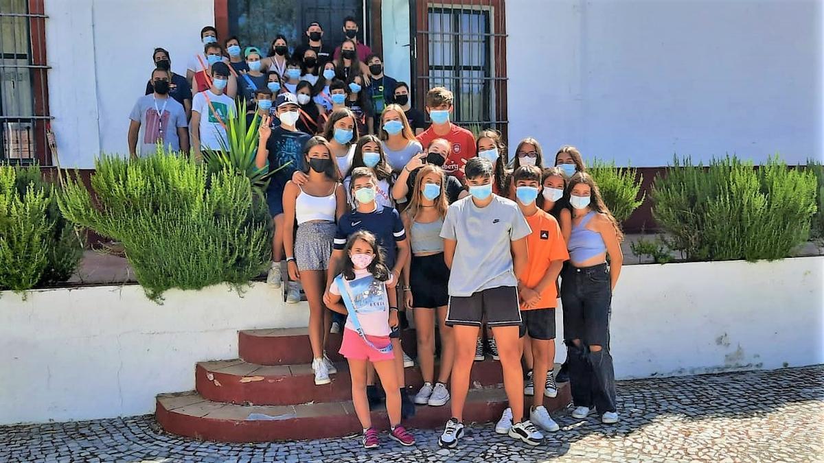 Grupo de participantes y monitores a las puertas del Cortijo Los Cotos