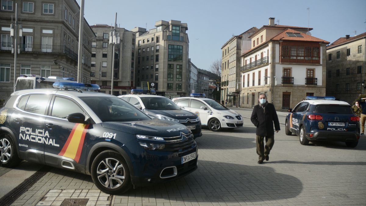 Coches de la Policía en la Praza de España.