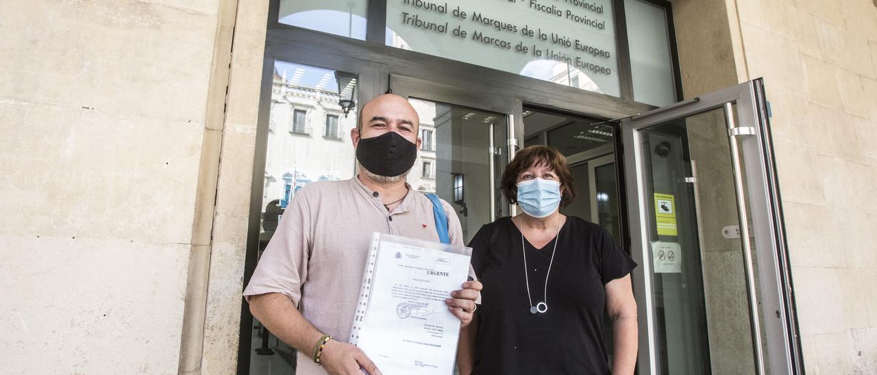 El coordinador de EU Manolo Copé esta mañana a las puertas de la Audiencia Provincial