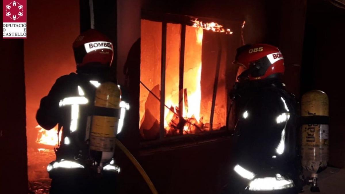 El fuego devora de madrugada una casa en Torreblanca