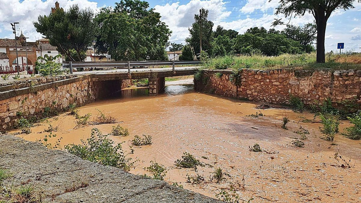El barranco del Rudero volvió a bajar con abundante agua después de las tormentas de finales de junio.  | SERVICIO ESPECIAL