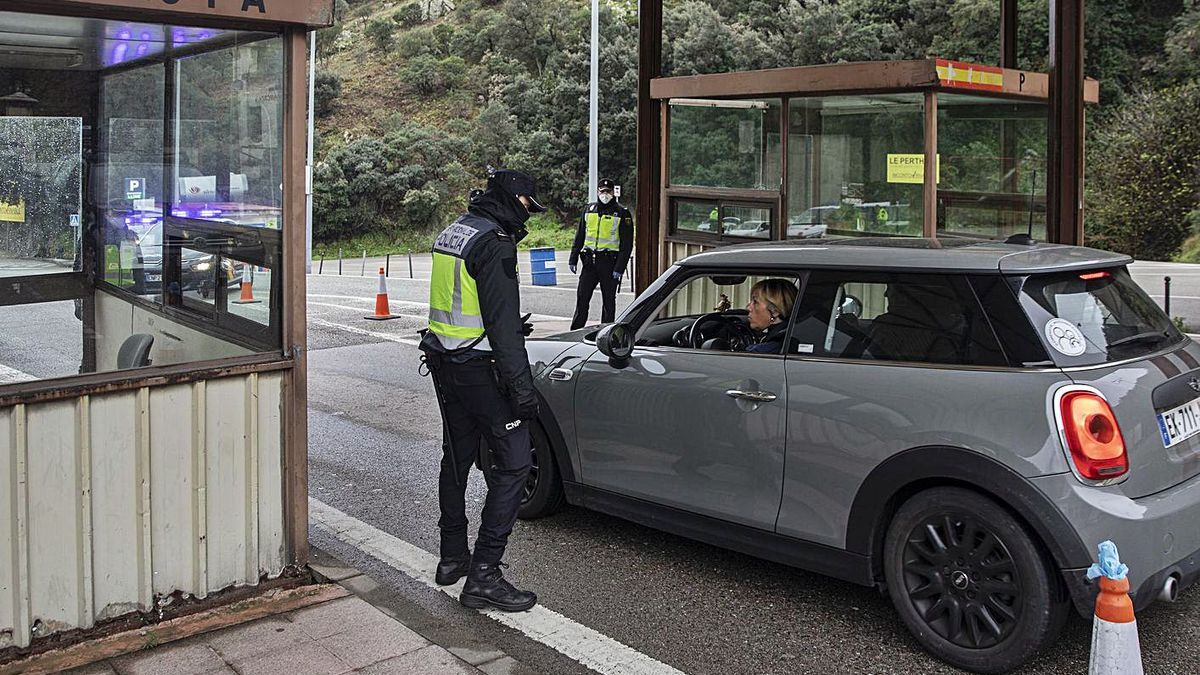 Control policial a la frontera, al Pertús, durant el tancament de fronteres, foto d'arxiu.  | DAVID APARICIO