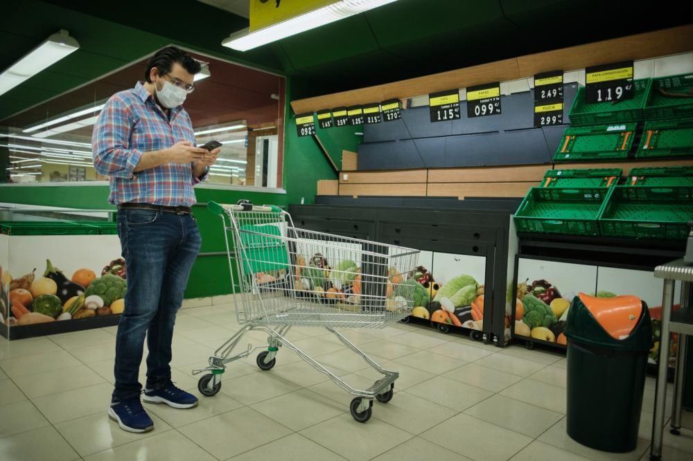 Afluencia masiva a supermercados en Tenerife