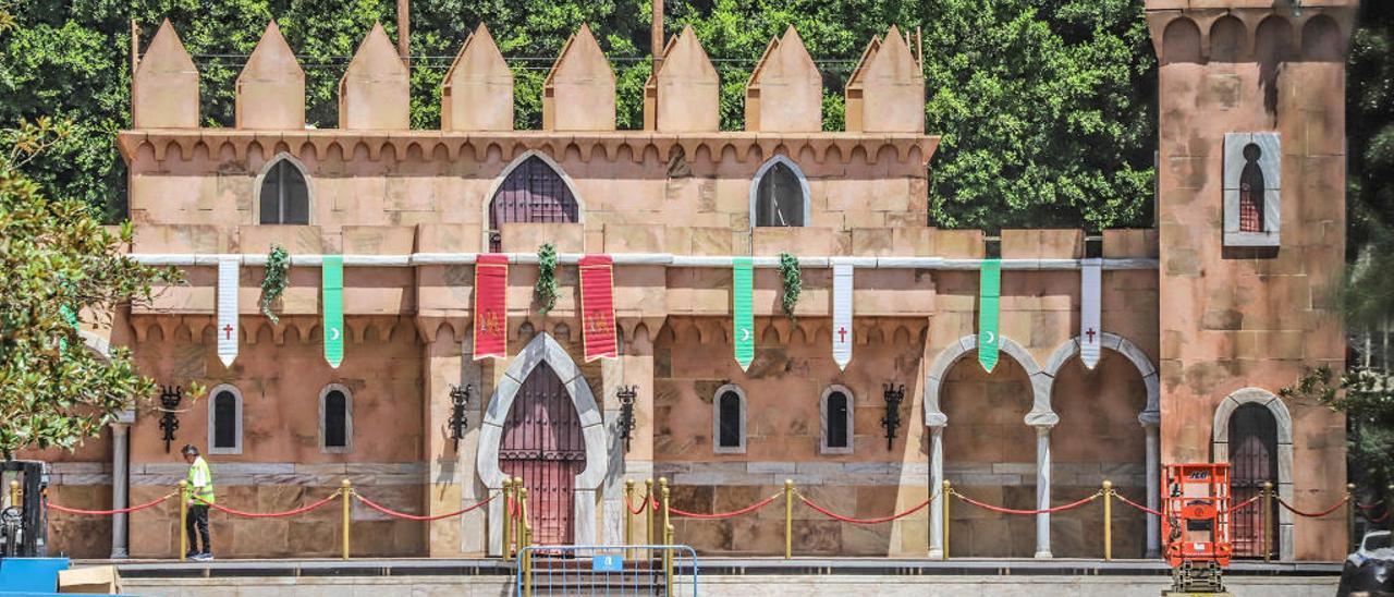 El castillo festero, con sus 26 metros de largo, se encuentra instalado en el corazón de la Glorieta.