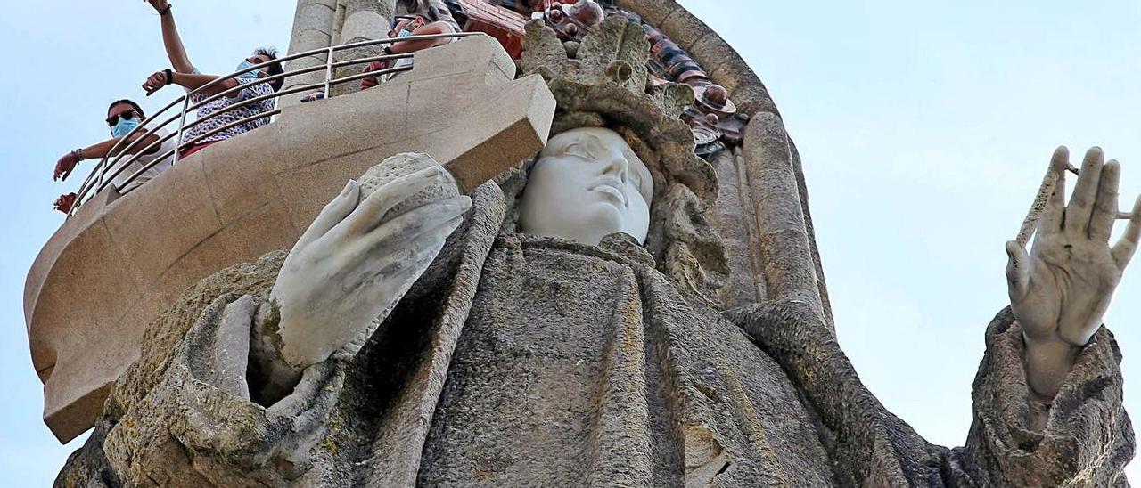 Visitantes en el mirador de la Virgen, a unos metros del punto del desprendimiento del 29 de agosto. // Marta G. Brea
