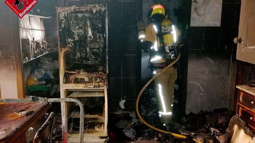 Una mujer acaba con quemaduras en Elche tras un incendio provocado en su colchón