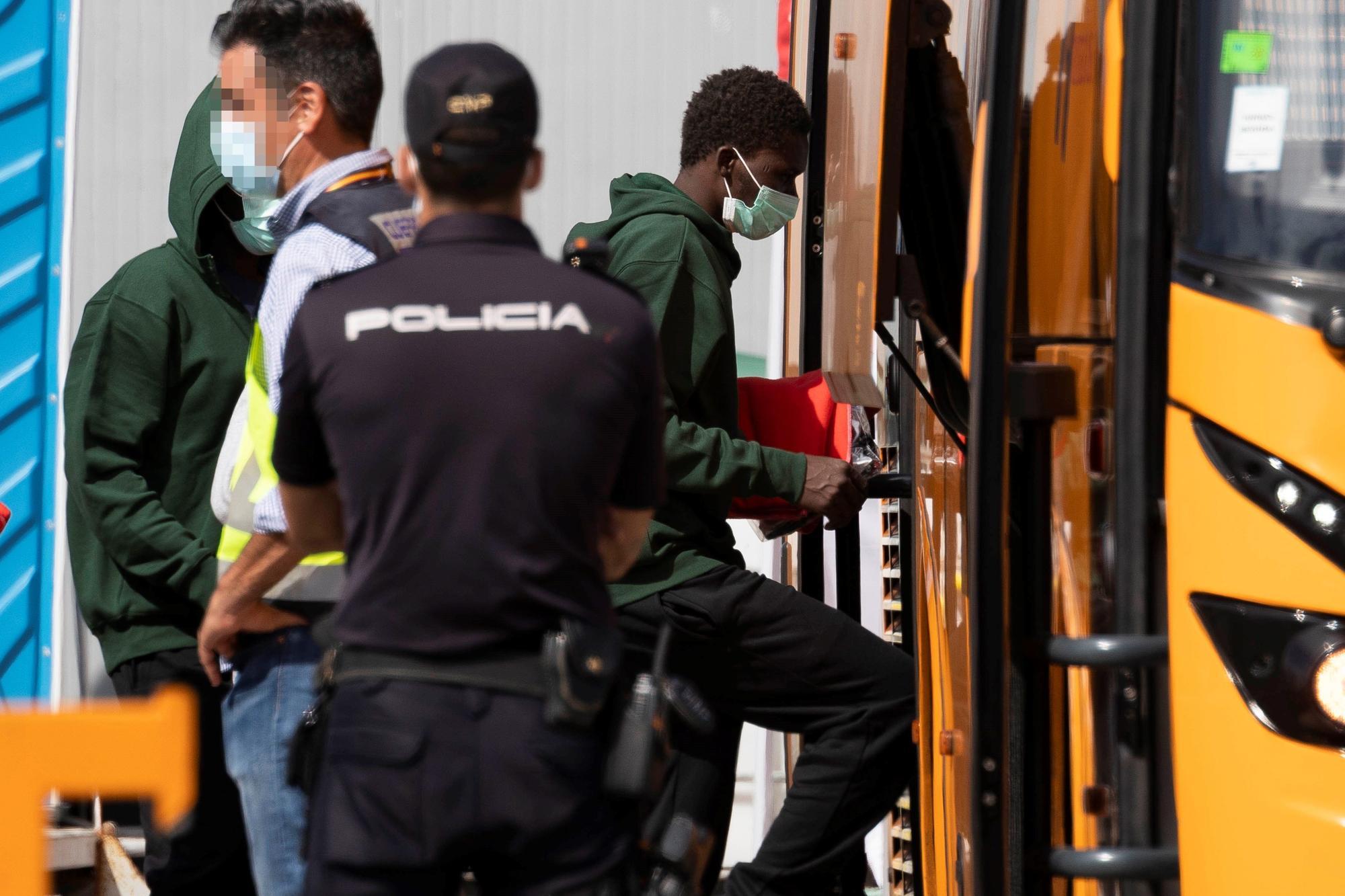 Llega al Puerto de Los Cristianos una patera con 13 ocupantes