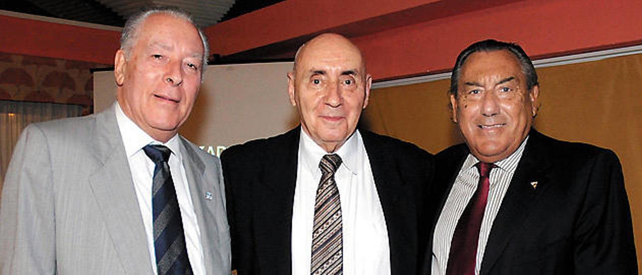 Gregorio Socorro (izquierda) y Manuel Herrera Macario (derecha), dos de los presidentes del Metropole distinguidos, en una imagen junto a José Luis López Zubero
