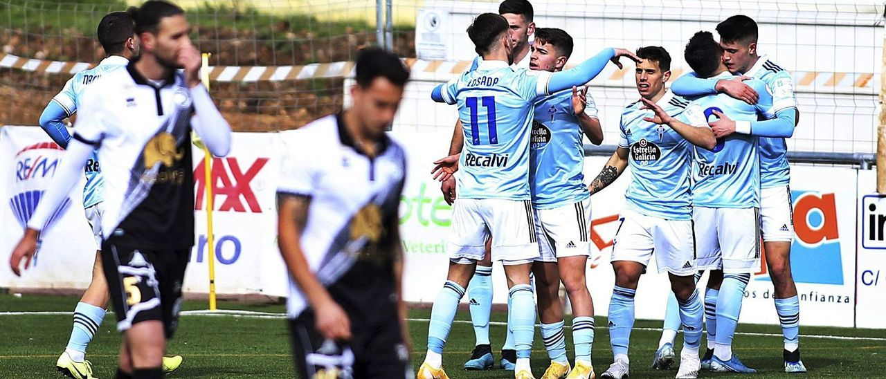 Los jugadores del Celta B festejan uno de los goles en el campo de Unionistas. |  // LA GACETA