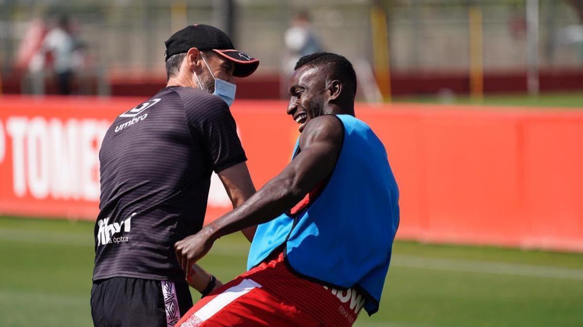 Moreno bromea con Lago Junior durante un entrenamiento.