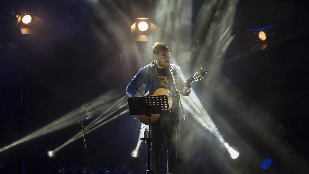 Ismael Serrano durante el concierto en la plaza Mayor de Benavente.