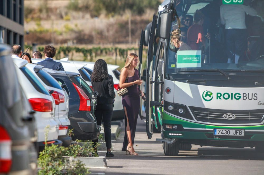 Una invitada sube en Manacor al autobús para ir  la boda.